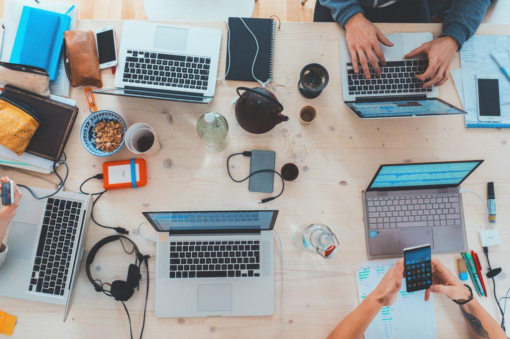 Offene Laptops auf einem Tisch